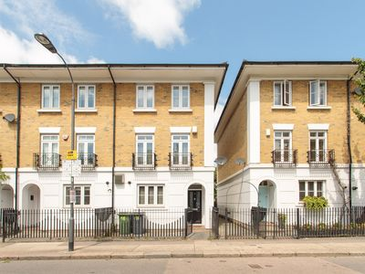 Photo for Luxurious 4 bedroom home with parking and aircon close to tube  and shops