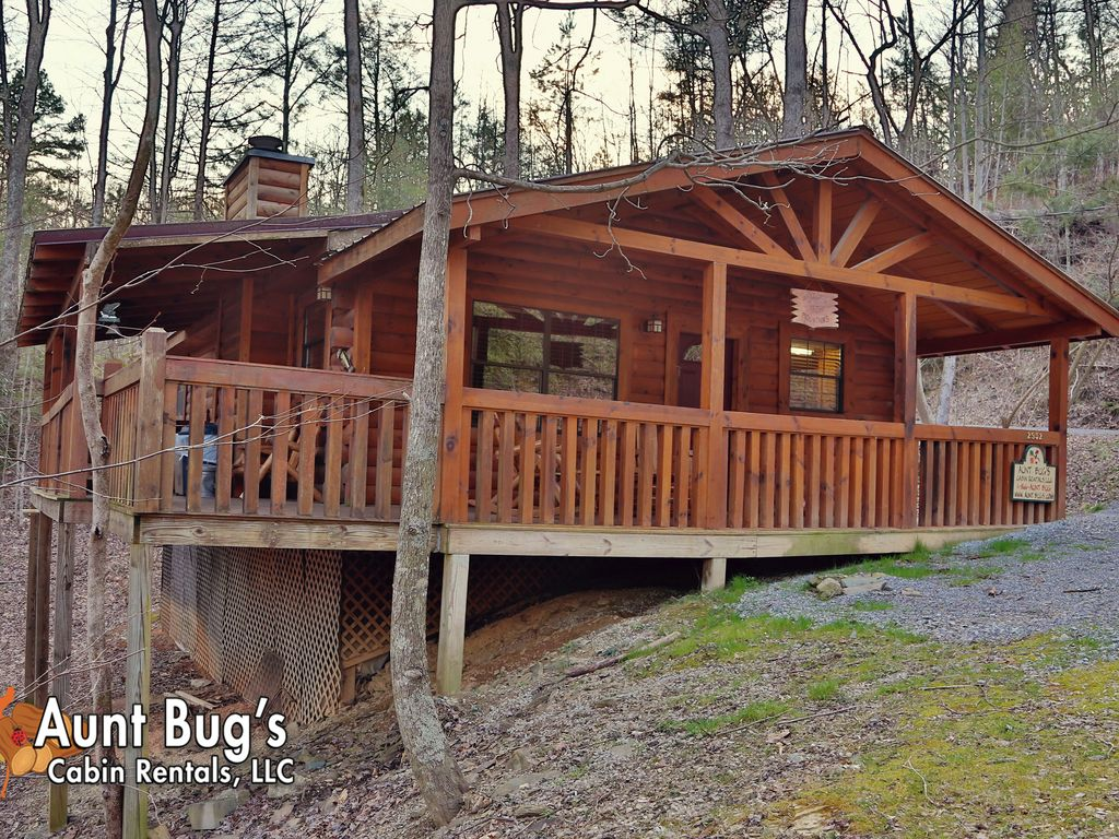 Smoky mountain cabin secluded offers two bedrooms for for Secluded cabin rentals on lake tennessee