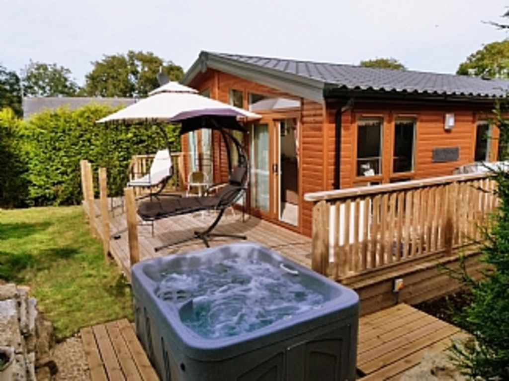 Log cabin with hot tub swanage dorset for Cottages with sauna and hot tub