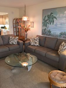 Comfortable living room that seats 6 people comfortably