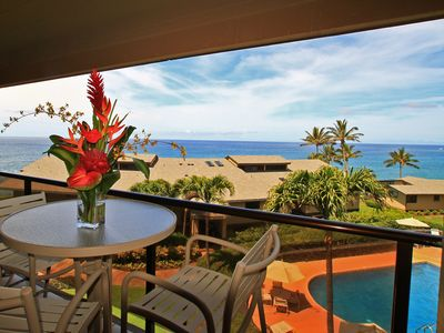Lanai overlooks the ocean and pool