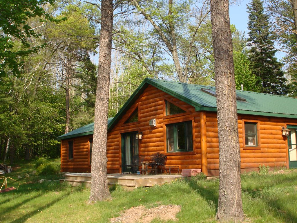 Cozy lakefront 2 bedroom log cabin tomahawk wisconsin for Two bedroom log homes