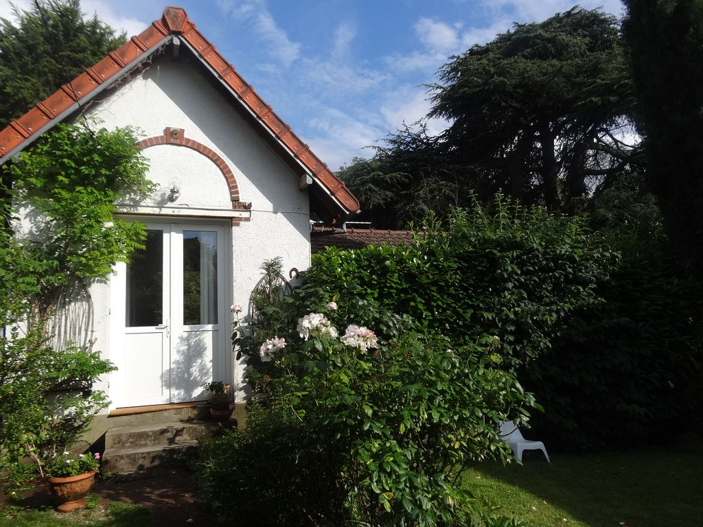Charming guest house in a beautiful garden 1491239 for Backyard guest house with bathroom
