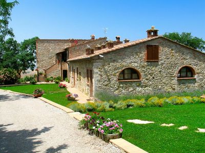 Photo for Nice apartment in villa with pool, A/C, WIFI, TV, pets allowed and parking, close to San Gimignano