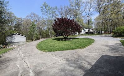 Large roundabout driveway, lots of room to park