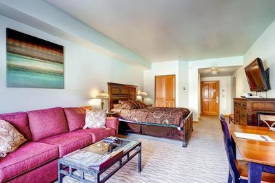 Take a seat in the comfy living room after a day on the slopes. Bedding configurations vary.