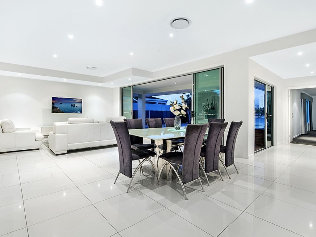THE SUNRISE - Five Bedroom Holiday Home in the Heart of Surfers Paradise