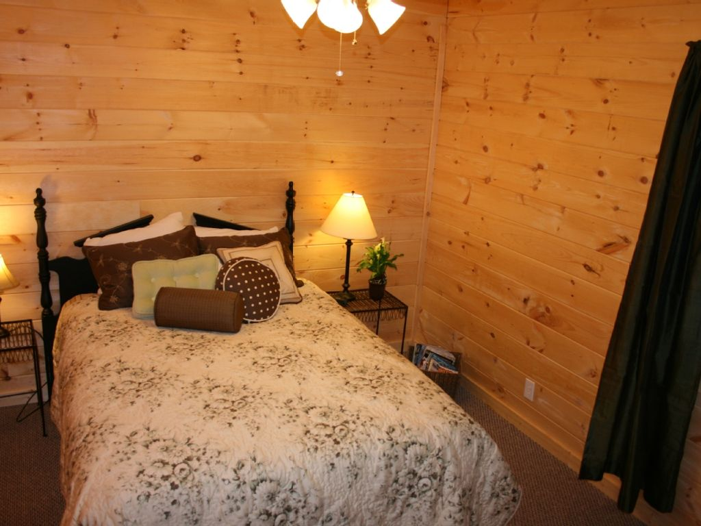 what is a master bedroom cabin 3 master bedrooms tub wifi room book for 20125