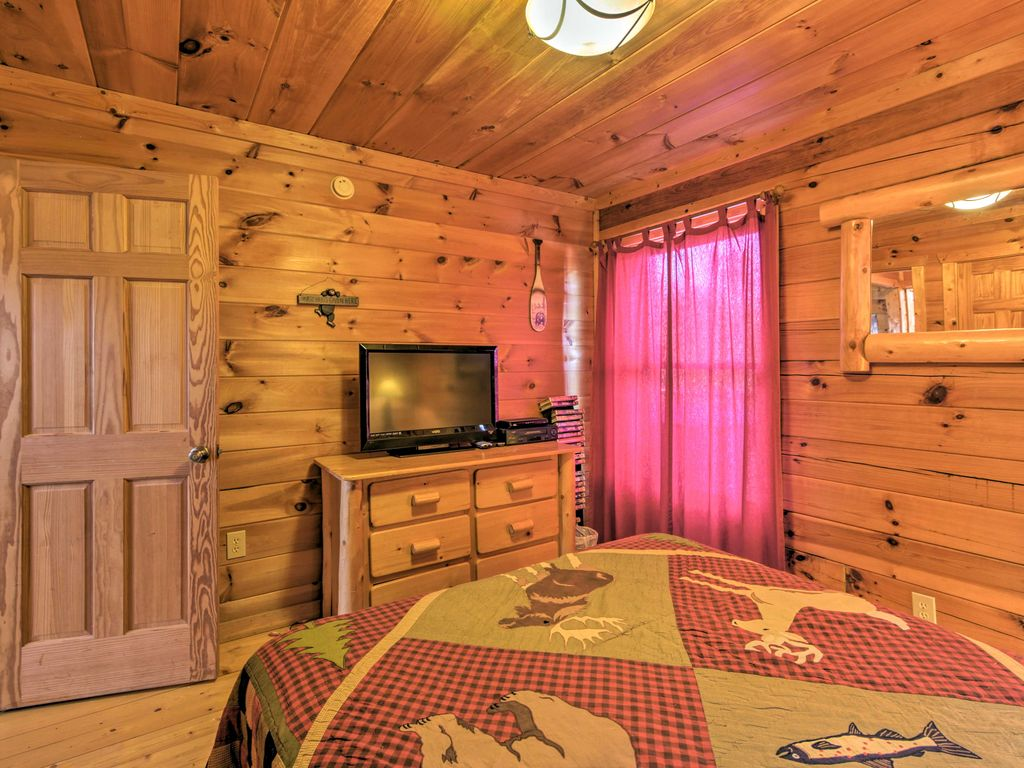 New 2br pigeon forge area log cabin w hot tub for Pigeon forge cabins with hot tub