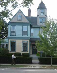 1883 Governor's house, the heart of Historic Wickford Village, YOU can stay he