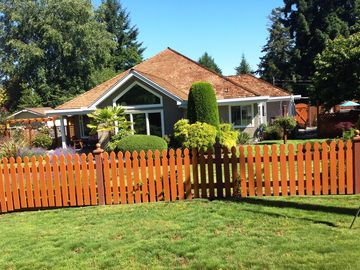 VACATION GETAWAY, WALKING DISTANCE TO BEAUTIFUL SANDY QUALICUM BEACH