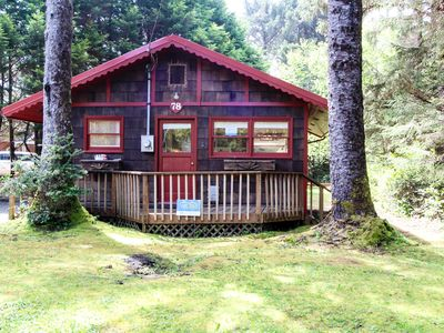 Dog-friendly, cottage in the woods 75 yards to the beach! Free WiFi & Smart TV!