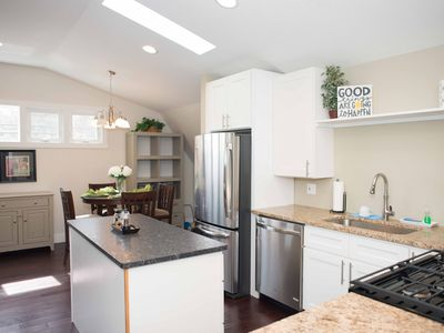 Well appointed 1 bed 1 bath Downtown. Beach & Baby supplies, bikes sleeps 4