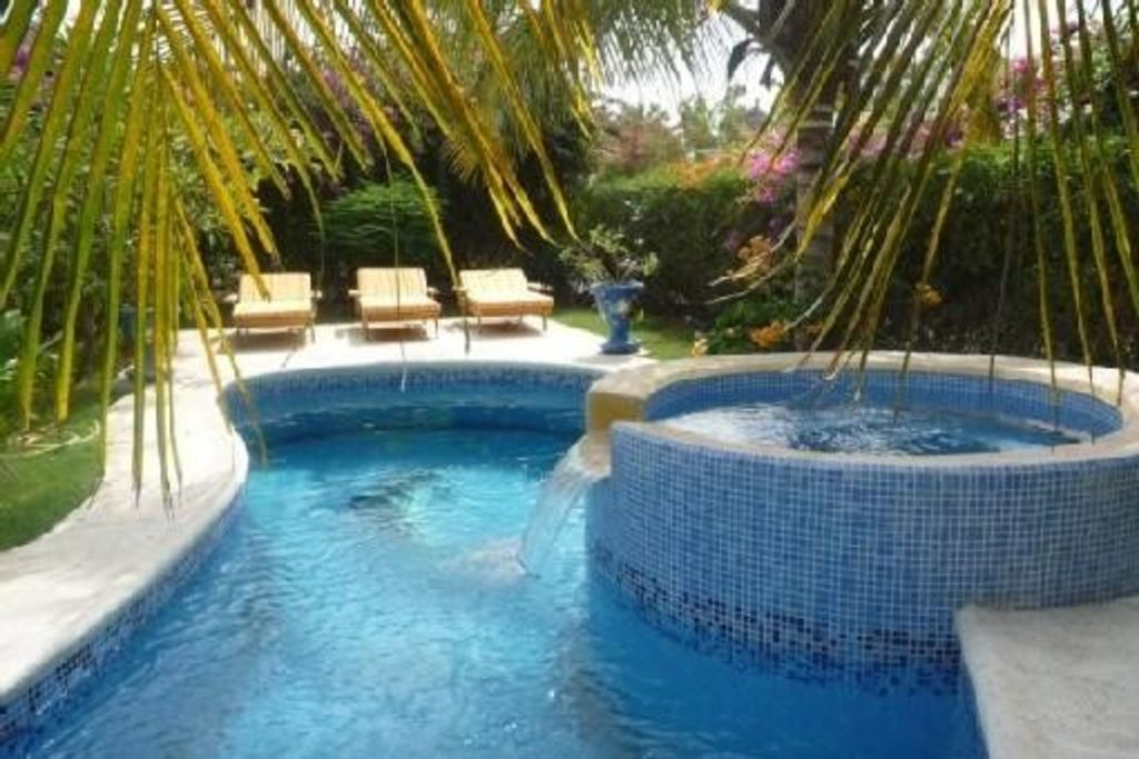 Villa de r ve avec piscine lagon et jacuzzi d bordement for Prix piscine a debordement