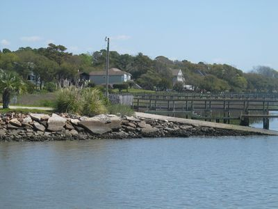 THRUSH COTTAGE HAS full access to two piers and boat ramp