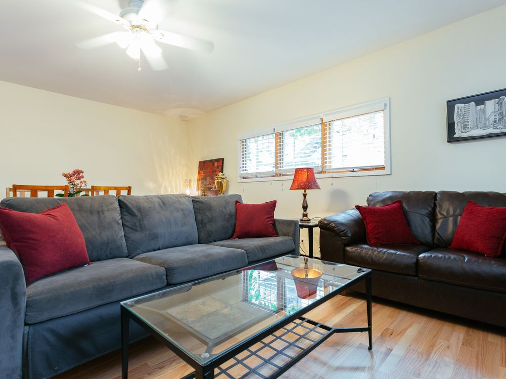 Coach House just blocks from Lakefront, Lincoln Park / Zoo and Wrigley Field!
