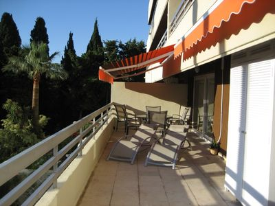 Photo for Quality apartment, large balcony & pool, beach, air-con