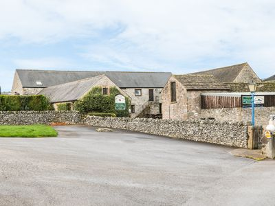 Photo for HADDON COTTAGE, pet friendly, with a garden in Bakewell, Ref 965351