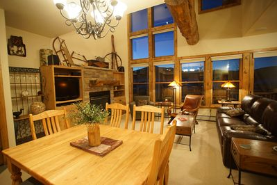 Open Living Area with Mountain Views