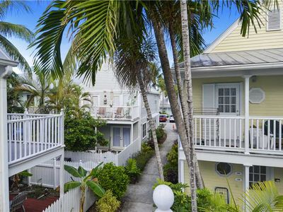 CONCH CONDO Tropical Elegance, Private Balcony, Shared Pool, Walk to Duval!