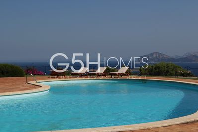 Villa for rent in Sardinia - Pevero Golf - Common panoramic pool and sunbeds.
