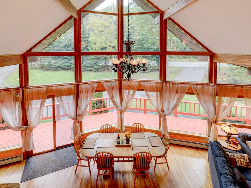 Amazing pocono chalet 4bd 3ba private pool homeaway for Pocono rental with private swimming pool