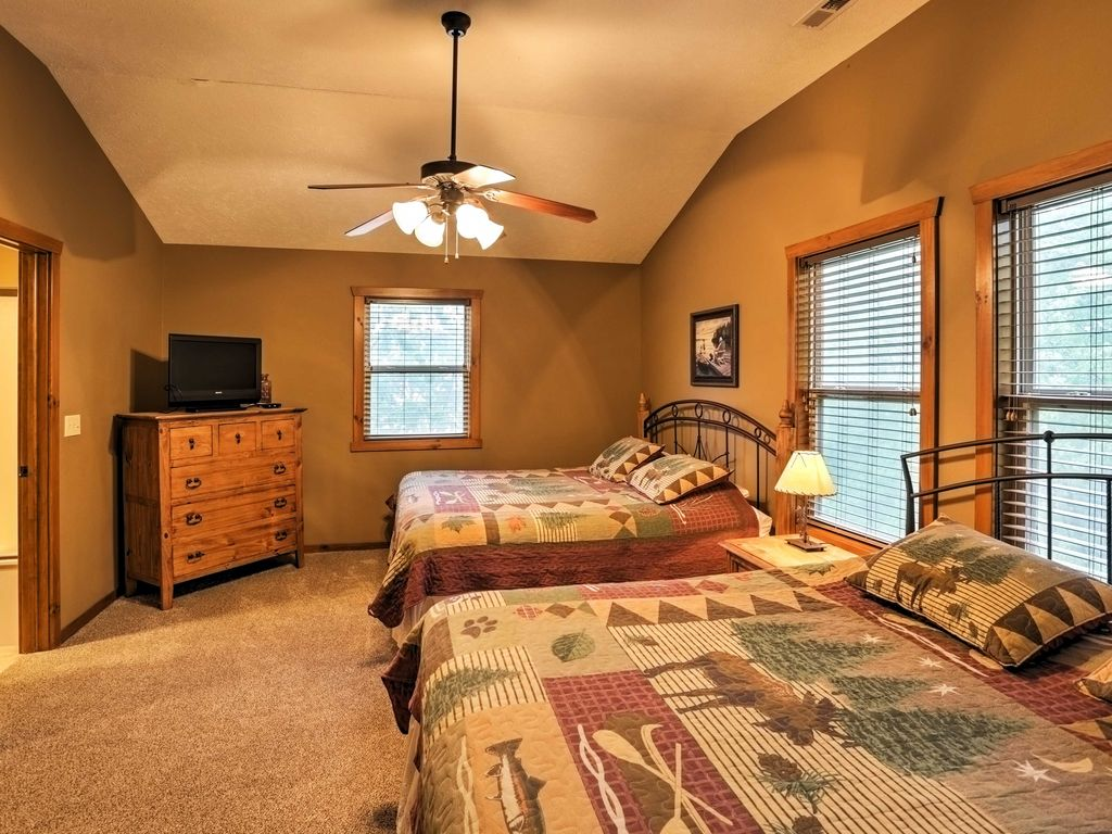 6br branson cabin walk to silver dollar city indian point for Cabins near silver dollar city