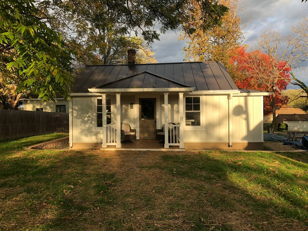 The gordon cottage a great location to to homeaway for Charlottesville cabin rentals hot tub