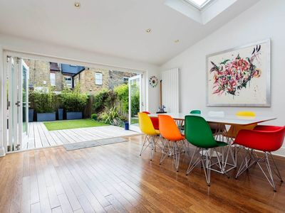 Photo for Sleek & modern 4 bed home, located in idyllic Fulham, close to Thames (Veeve)