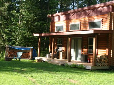 Guest cabin in the spring.Walk to a private beach on the creek.300 meters away.
