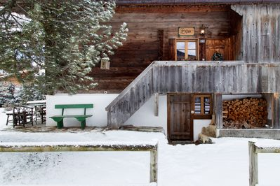 Side view of the chalet and its main entrance