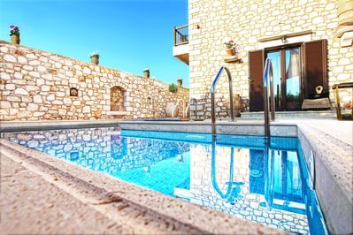 New stone villa with pool an jacuzzi