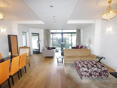 Photo for Designer Home - Perfect London Base - Huge Space