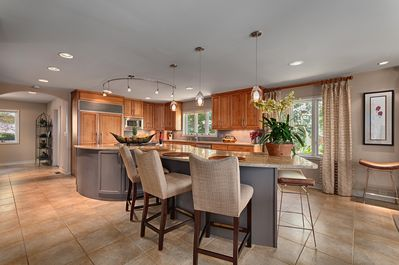 Eat In Kitchen seats 5