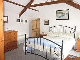 Jowders holiday cottage, Marazion - Master bedroom with vaulted ceiling