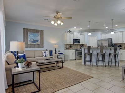 Beautiful townhouse in a waterfront complex and close to the beach!