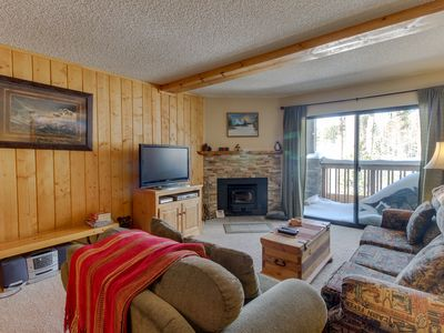 Photo for Cozy condo with golf course view plus shared pools, hot tubs - close to skiing