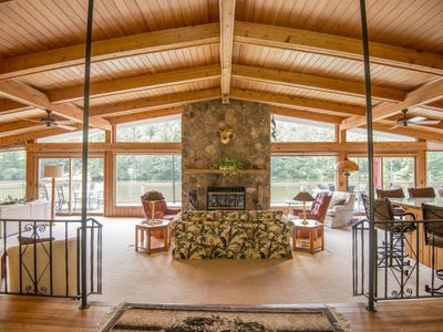 *LAKEFRONT* Spacious Home with Kayaks directly on Lake Sequoyah!