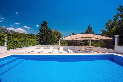 8 deck chairs and table in the shade surrounded with nature, absolute privacy