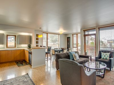 Photo for Lakeside Sunshine 101, 2 bed, 2 bath Condo Near Lakeside Park and Downtown Chelan