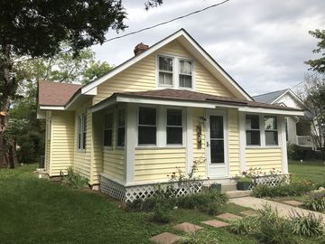 Quaint Beach Cottage, Quiet Neighborhood, River View, 1 mile from Town Center