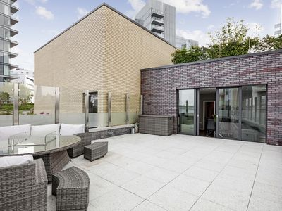 Photo for Superb 2-Bed flat w/Stunning Rooftop nr The City