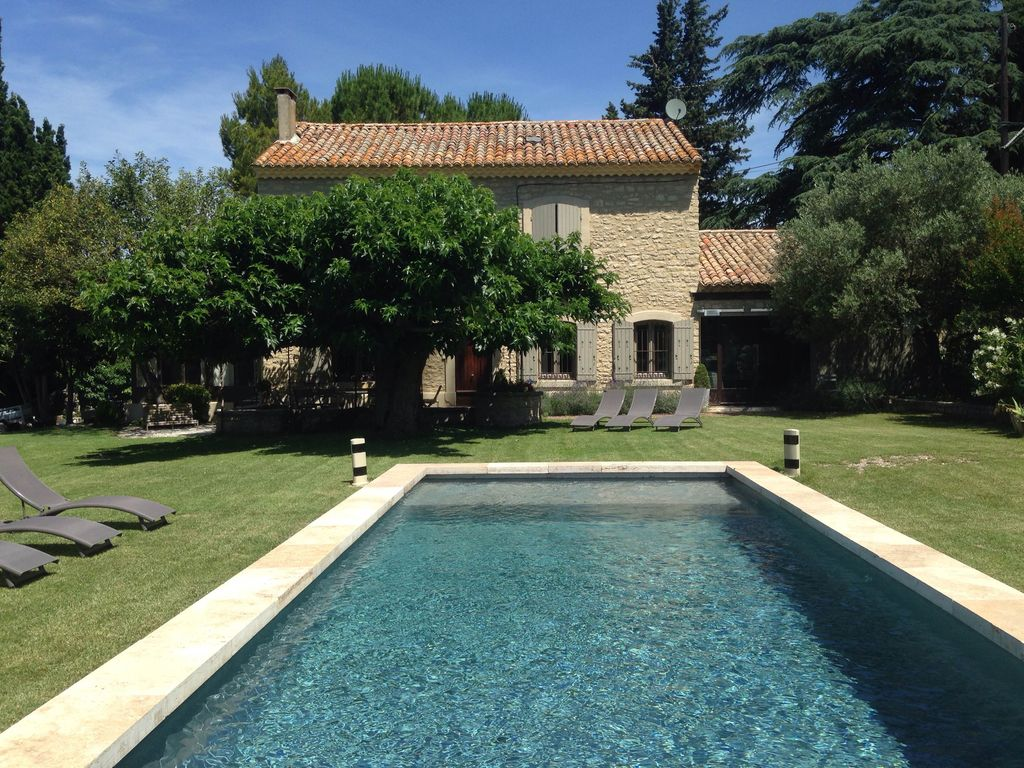 Mas provencal en pierres piscine 6 8 personnes for Piscine california 1