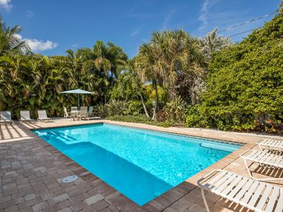 Pink Palm Bungalow: Perfect Ground Level Beach House on North End, Heated Pool