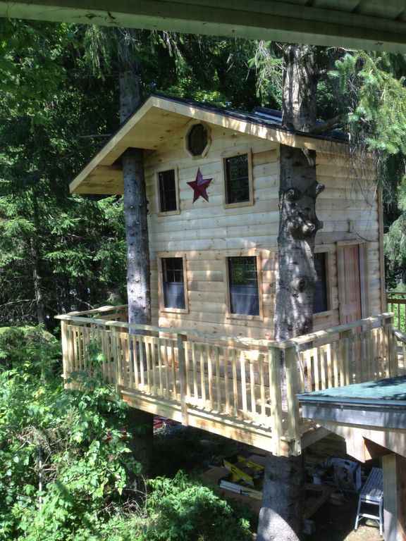 Tree House Bathroom ski house with attached 2 story tree house for the kids. 4 bedroom