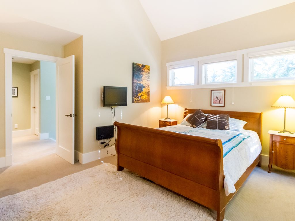 Beautiful & Spacious 4 bed Townhome sleeps 8, Hot Tub, Garage, Walk to Slopes