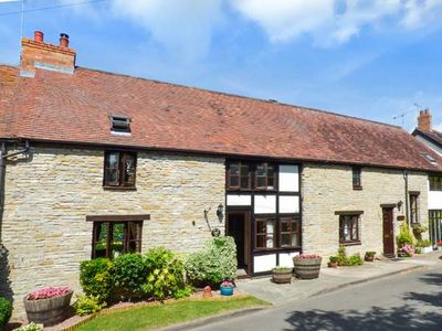 Photo for WEST END BARN, pet friendly in Cleeve Prior, Ref 935301