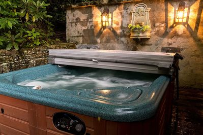 Hot tub at Grapevine Cottage
