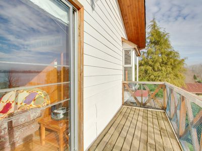 Photo for Dog-friendly cabin next to the lake with private deck and lovely water views