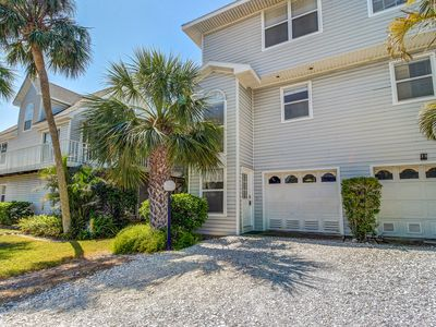 Photo for Bright and family-friendly condo w/ shared pool, three blocks to Gulf beaches!